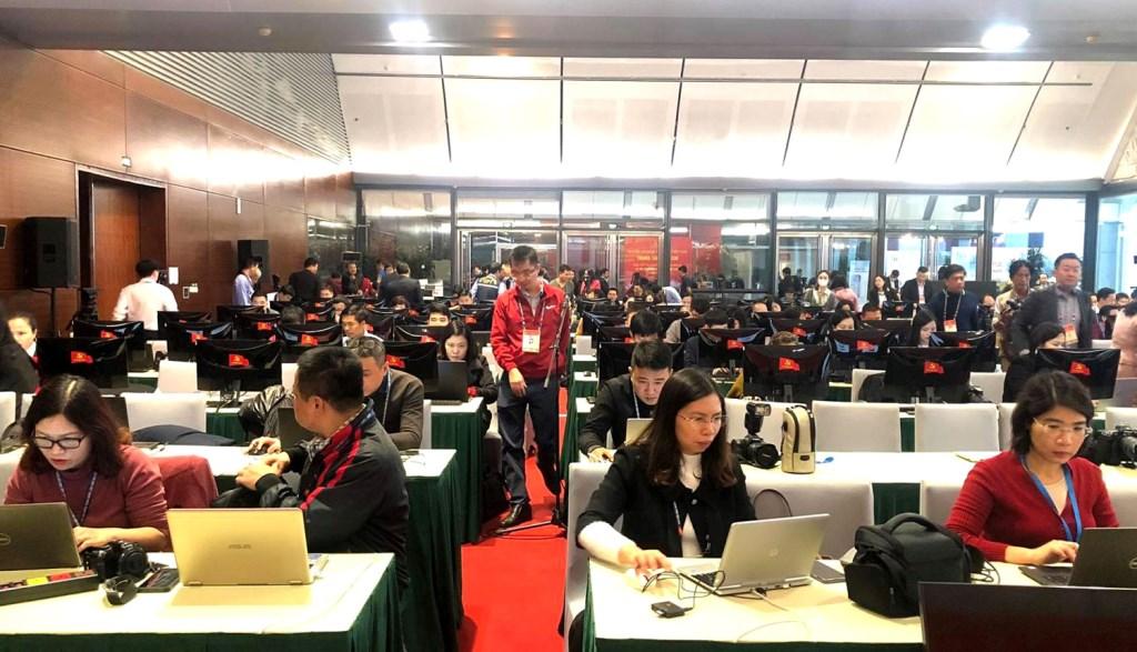 Tại phiên khai mạc, hàng trăm phóng viên miệt mài tác nghiệp, mang đến cho công chúng thông tin, hình ảnh toàn cảnh về Đại hội XIII của Đảng.